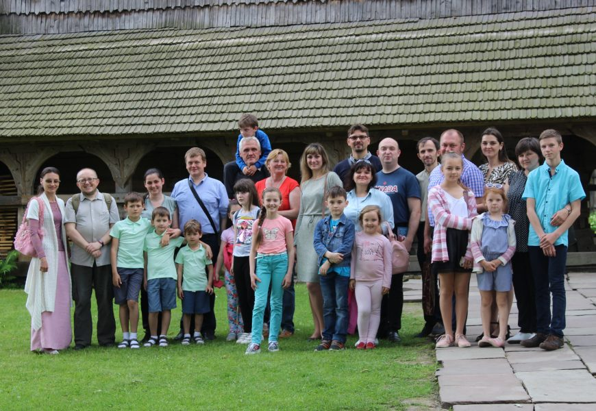 Сім'ї священиків відвідують церкву св. Юрія